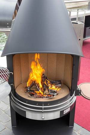 Outdoor-Grill mit Holzkohle