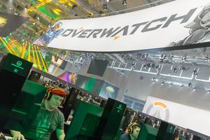 Overwatch Transparent und spielende Gamer am Messestand von Activision Blizzard - Gamescom 2017, Köln