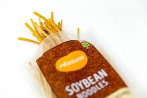 Paket Nudeln aus Sojabohnen ohne Gluten oder tierische Produkte vor weißem Hintergrund