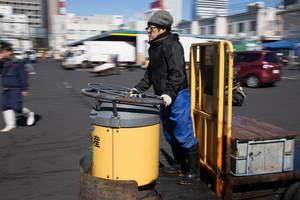 Paketzusteller am Fischmarkt in Tokyo