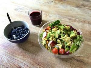 Paleo: Salat, Avocado, Johannisbeeren, Rote-Beete-Saft