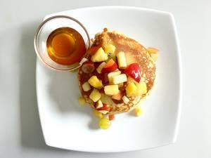 Pancakes mit Obst und Honig