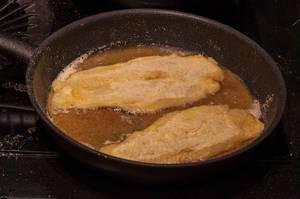 Panierter Fisch wird in der Pfanne zubereitet