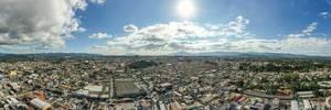 Panoramaaufnahme von Guatemala City bei leicht bewölktem Himmel