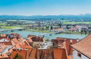 Panoramaaussicht der Drau aus dem Schloss Pettau, Slowenien