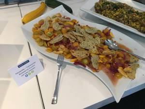 Panzanella: Toskanischer Brotsalat mti Zucchini und Zwiebeln