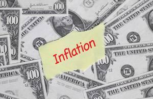 Papier mit Wort INFLATION mit rotem Stift auf Hintergrund aus Banknoten
