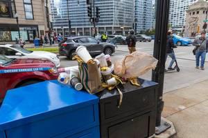 Pappbecher, Tüten und Bananenschalen: Müll auf den Straßen Chicagos nach dem Marathon