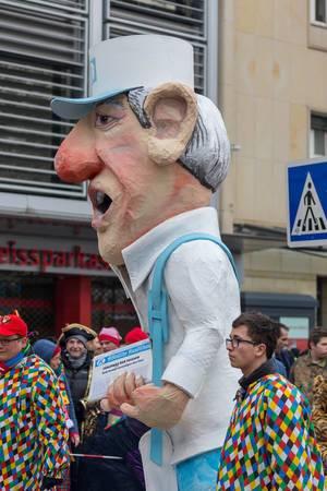 Pappmännchen hält Kölnische Rundschau in der Hand - Kölner Karneval 2018