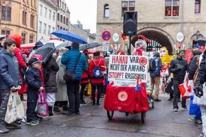 Pappnasen Rot Schwarz zeigen Flagge gegen Rechts beim Rosenmontagszug am Severintor in Köln