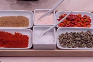 Paprika getrocknet und gemahlen, Salz und weiteres Gewürze