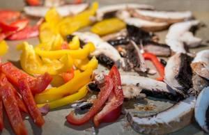 Paprikastreifen mit Pilzen backen im Ofen
