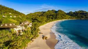 Paradiesischer Strand in Baie Lazare, Seychellen - Luftbild