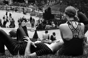 Pärchen genießt den Tag im Park