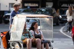 Pärchen genießt die Fahrt auf einem Rikscha-Fahrrad – Oktoberfest 2017