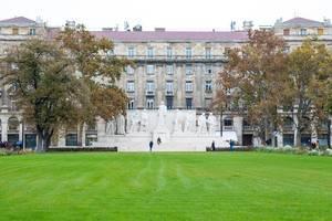 Park mit sattgrünem Rasen und Denkmal nahe des ungarischen Parlaments