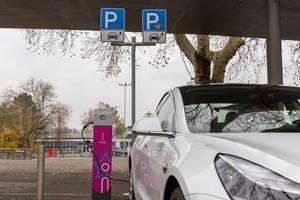 Parkplatz für Elektroautos in Wiesbaden: E-Mobility mit innogy Ladestation für E-Autos