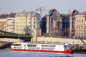 Passagierschiff schippert über die Donau in Budapest, Ungarn