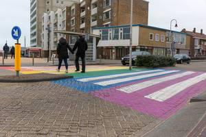 Passanten gehen über Fußgängerstreifen in Regenbogenfarben in Zandvoort, Niederlande