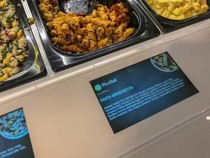 Pasta Bruschetta als Salatbeigabe mit Nudeln, Tomaten, Oregano, Basilikum, Thymian und Knoblauch, an der PicaDeli Salatbar