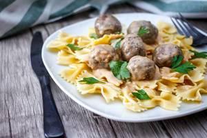 Pasta mit Fleischklößchen in Sauce