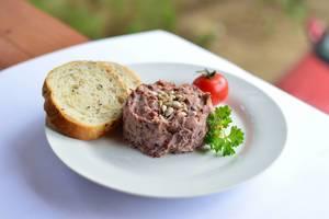 Paste aus roten Bohnen mit getrockneten Tomaten und Oliven und Brot