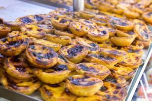 Pastel de Belém: puff pastry in a bakery