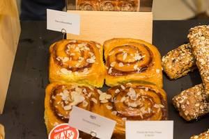Pear and Almond Roll: Mandelschnecke mit Birne und Glasur