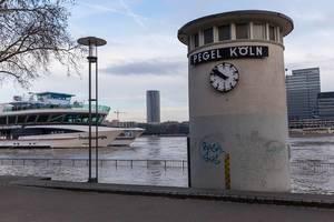 Pegel Köln und Schiff bei Hochwasser