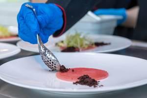 Penible Zubereitung von Crudo Nicoise im Chino Latino Restaurant