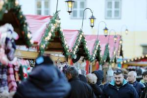 People and huts at Sibiu Christmas Fair (Flip 2019)