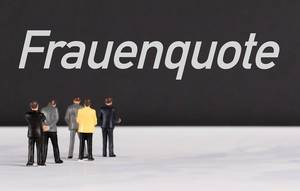 People standing in front of Frauenquote text