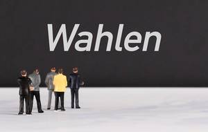 People standing in front of Wahlen text