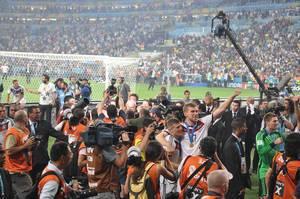 Per Mertesacker beim Posieren vor den Kameras - Fußball-WM 2014, Brasilien