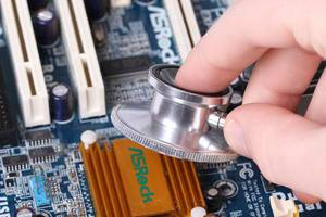 Person hält ein Stethoskop über eine Hauptplatine eines Computers Nahaufnahme
