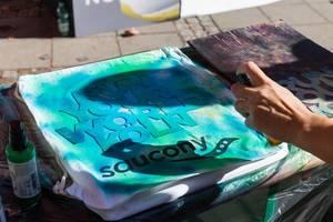 Personalisierung eines Saucony T-Shirts mit blauer Textilfarbe