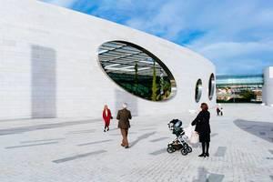 Personen vor den bekannten Löchern in der Wand des futuristischen Gebäudes der Champalimaud Foundation