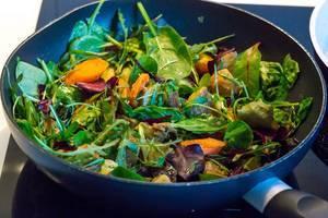 Pfanne mit Wildkräuter-Kartoffel-Gemüse