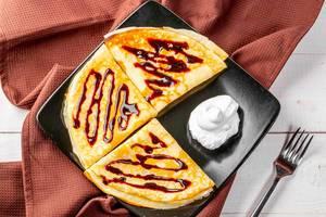Pfannkuchen mit Schokoladensauce und Sahnecreme