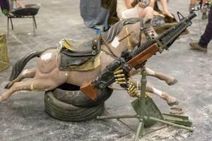 Pferd, Reifen und Maschinengewehr
