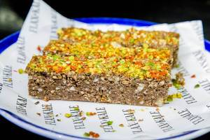 Pflanzlicher Energy-Riegel des Flax&Kale beinhaltet Mandeln, Walnüsse, Rohkakao, Cayenne, Pistazien, Goji-Beeren, Chia und Sesam