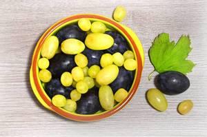 Pflaumen und Weintrauben