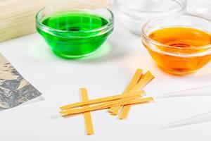 PH Indikator Teststreifen liegen neben Glasschalen mit chemischen Lösungen auf einem Tisch