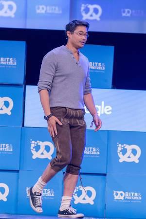 Philipp Rösler in LEderhosen auf Bühne beim Bits & Pretzels 2018