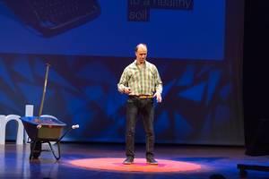 Philippe van der Grinten hält einen Vortrag über die Wichtigkeit von gesunden Böden - TEDxVenlo 2017
