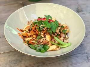 PHO XAO SOT ME: Bio-tofu in Streifen gebraten mit Bandnudeln, Zwiebeln, Möhren, Buschbohnen, Shiitake-Pilzen, in Tamarindesauce, dazu Sesam, Erdnüsse, Röstzwiebeln