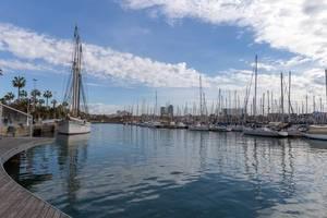 Piers und Promenade Rambla de Mar am Hafen Port Well mit seinen Segelschiffen ist eine Sehenswürdigkeit in Barcelona, Spanien