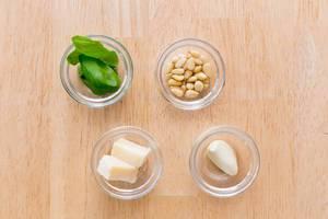 Pinienkerne, Basilikum, Knoblauch und Käse
