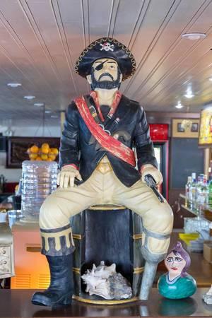 Pirat als Dekostück in einer Bar