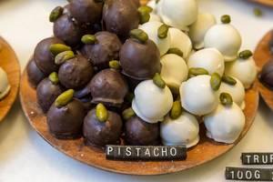 """Pistazien-Pralinen mit weißer und dunkler Schokolade im """"Chök- The Chocolate Kitchen"""" in Barcelona, Spanien"""